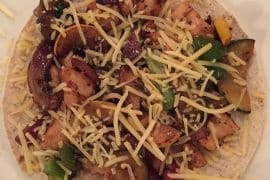 Wrap pizza met kip groenten en kruiden